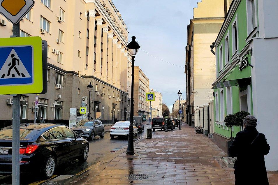 モスクワ市内の街中を歩く