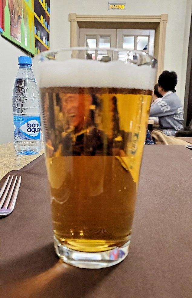 モスクワ市内にある、【レストラン】アルヒテクトルでビールを飲む