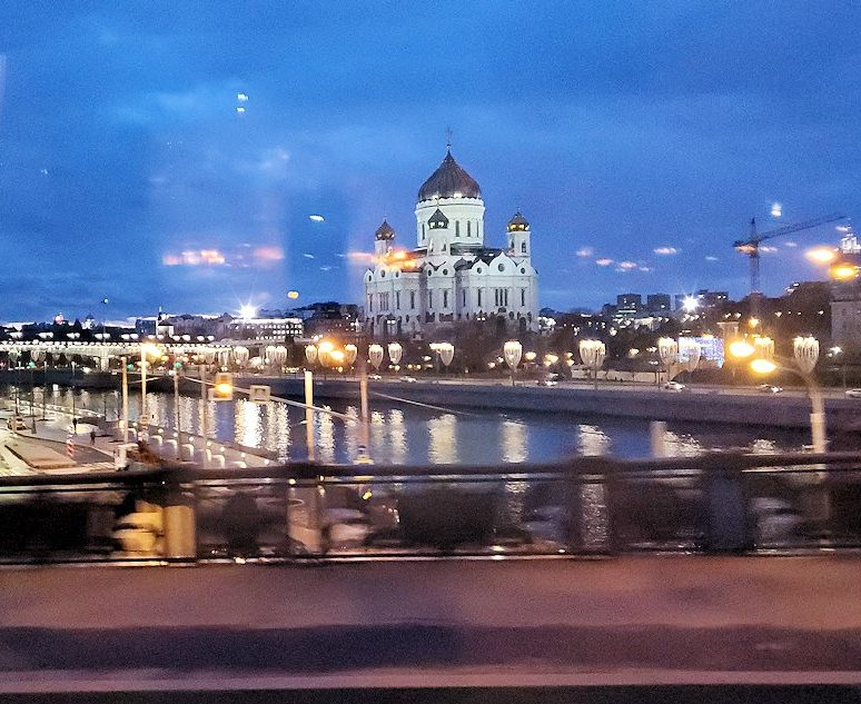 モスクワ市内を走るバスから見える、夕暮れの景色-2