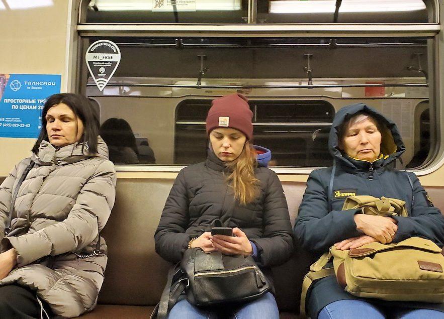 モスクワ市内を走る地下鉄車両内にいた人達