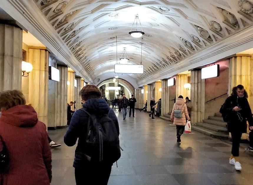 モスクワ市内を走る地下鉄のチェアトラーリナヤ駅構内の景色