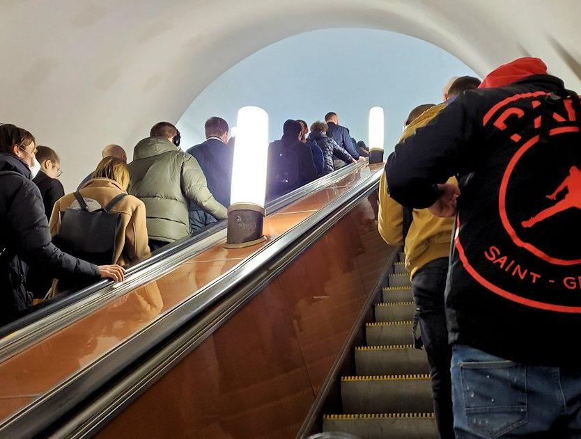 モスクワ市内を走る地下鉄のチェアトラーリナヤ駅から移動-2