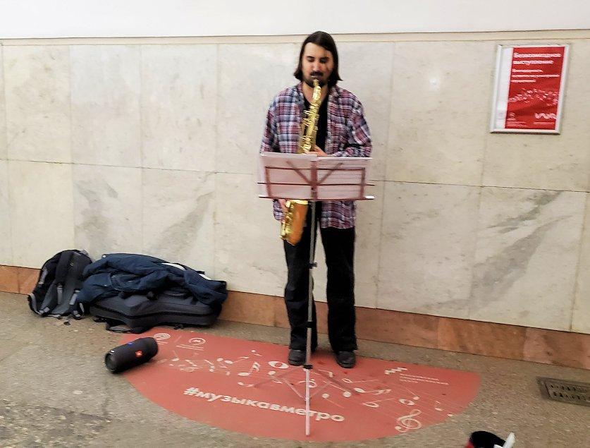 モスクワ市内の地下鉄駅で演奏する人