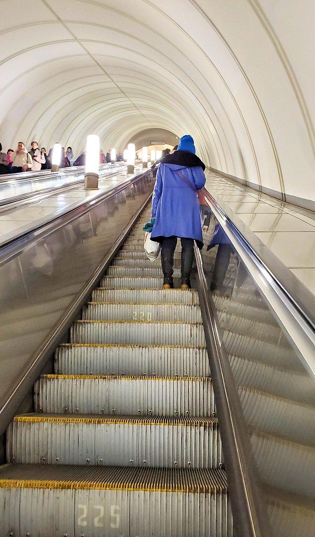 プローシャチ・レヴォリューツィ駅から地上へ上がる、長いエスカレーター