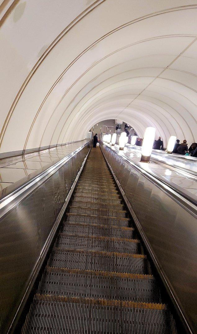 プローシャチ・レヴォリューツィ駅から地上へ上がる、長いエスカレーター-2
