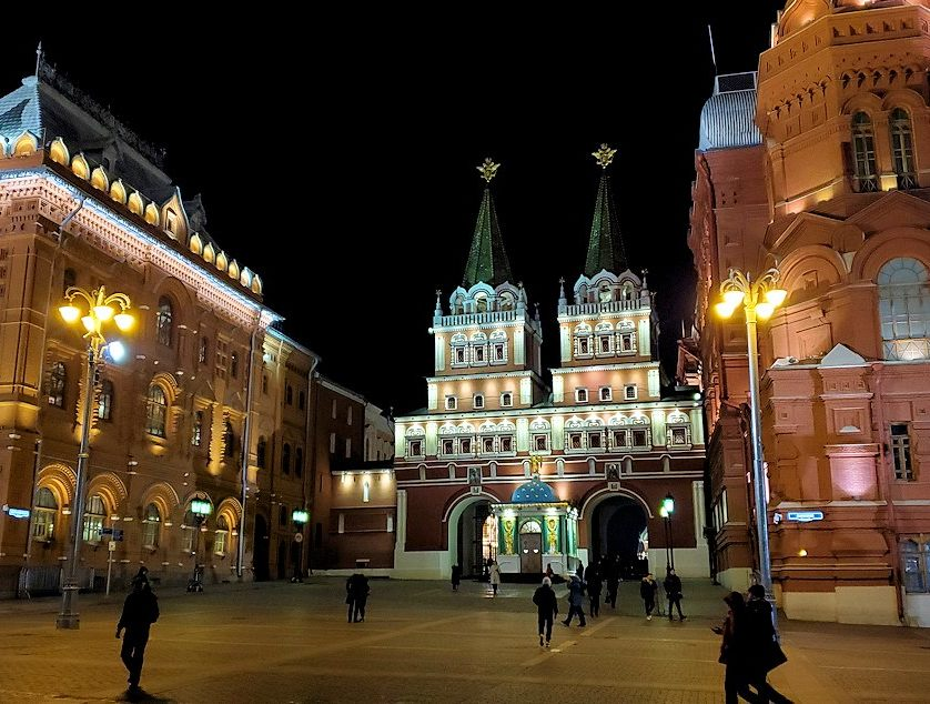 夜の赤の広場周辺のマネージュ広場の「ヴァスクレセンスキー門」