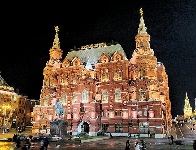 夜のマネージュ広場周辺でライトアップされた建物