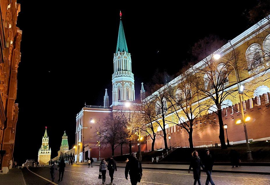 夜のマネージュ広場周辺でライトアップされた建物-3