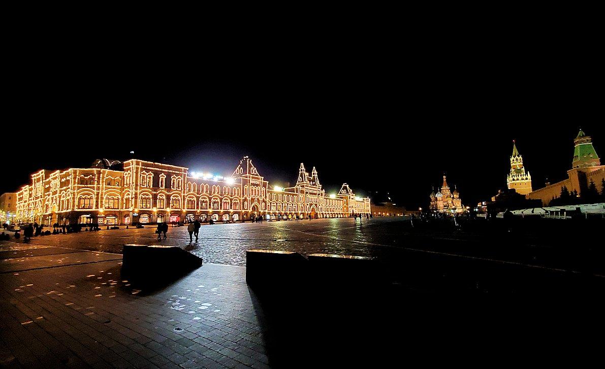夜の赤の広場周辺でライトアップされた建物