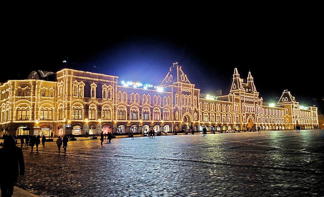 夜の赤の広場周辺でライトアップされた建物-2