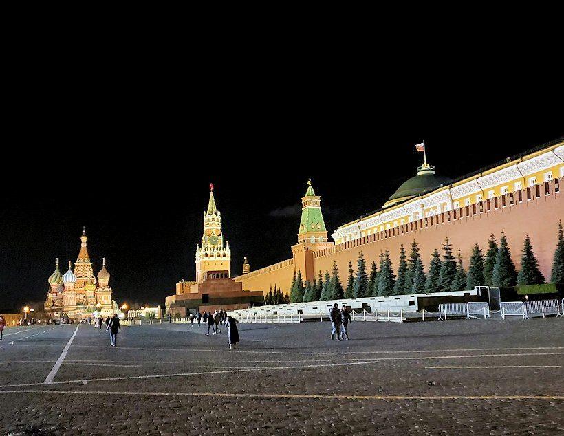夜の赤の広場周辺でライトアップされた建物-3