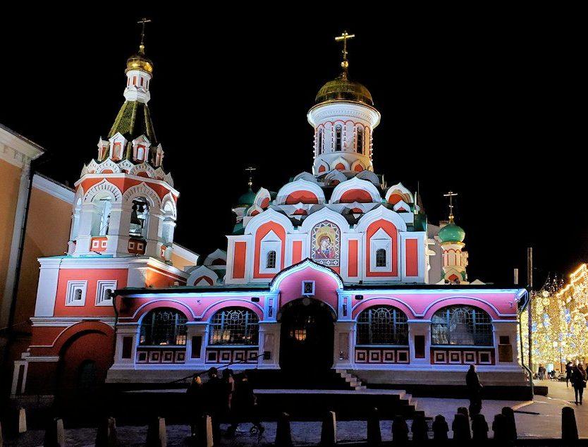 夜の赤の広場周辺でライトアップされた「カザンの聖母聖堂」