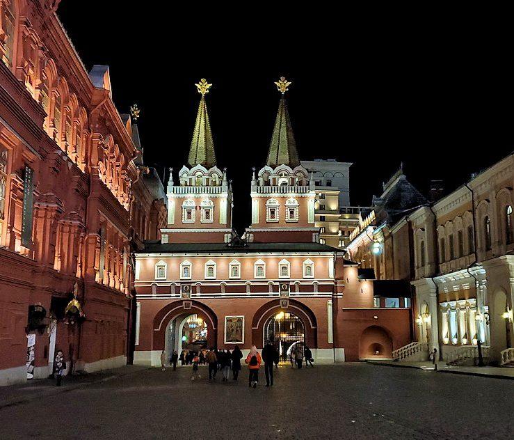 夜の赤の広場周辺でライトアップされた「カザンの聖母聖堂」など