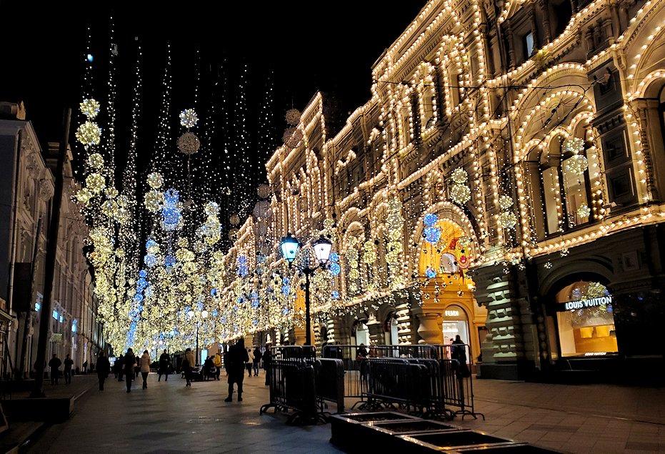夜の赤の広場周辺にあるグム百貨店脇の通り