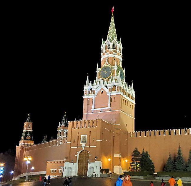 夜の赤の広場周辺にあるライトアップされたスパスカヤ塔