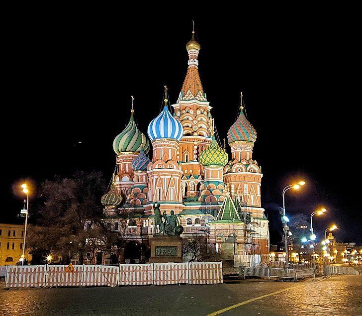 夜の赤の広場周辺にあるライトアップされた聖ワシリー寺院