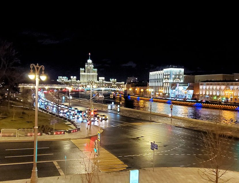 夜のモスクワ市内を走るモスクワ川周辺の景色