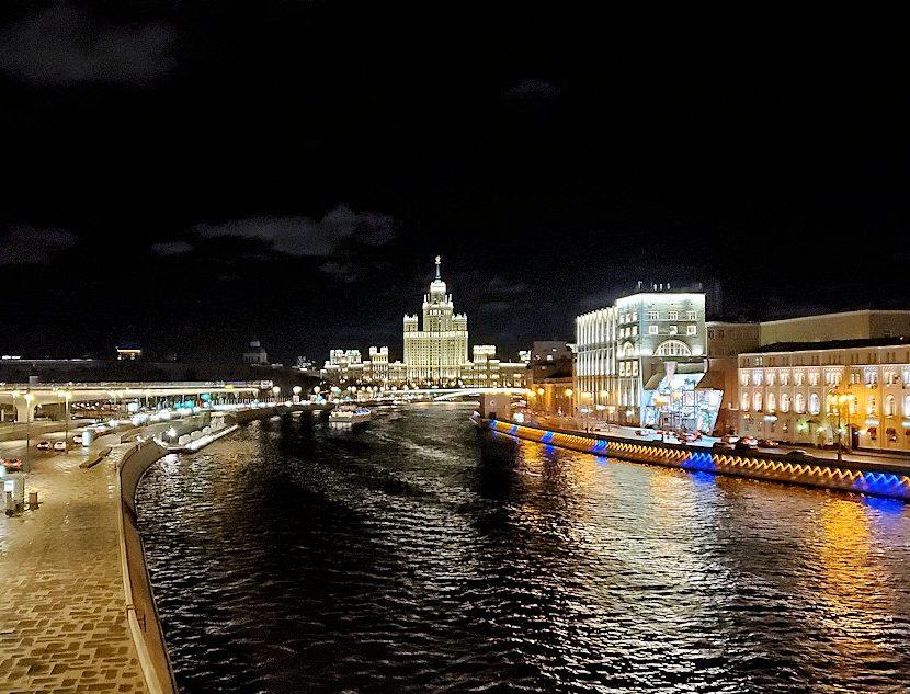 夜のモスクワ市内を走るモスクワ川周辺の景色-2