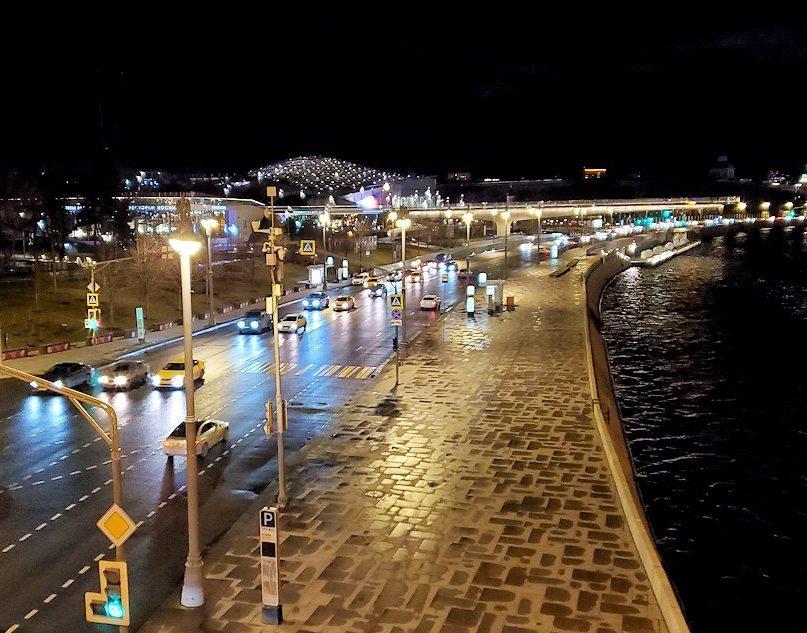 夜のモスクワ市内を走るモスクワ川周辺の景色-3
