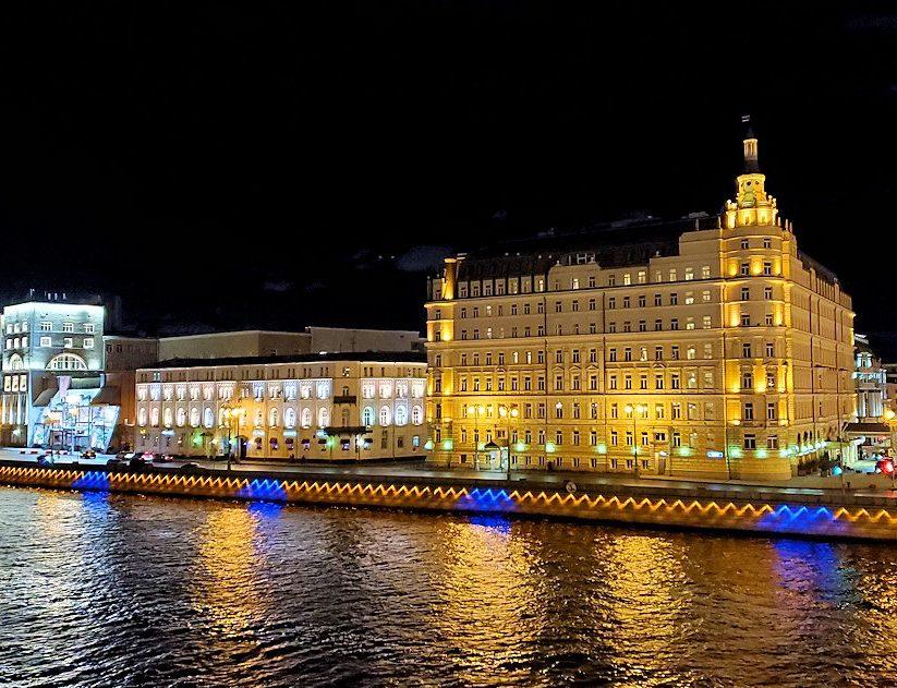 夜のモスクワ市内を走るモスクワ川周辺に見える景色