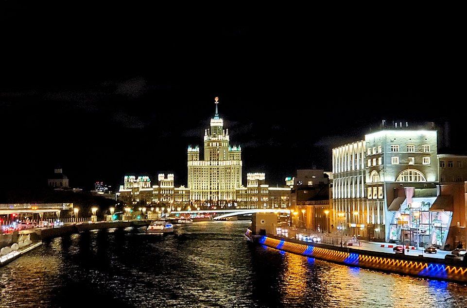 夜のモスクワ市内を走るモスクワ川周辺に見える「芸術家アパート」