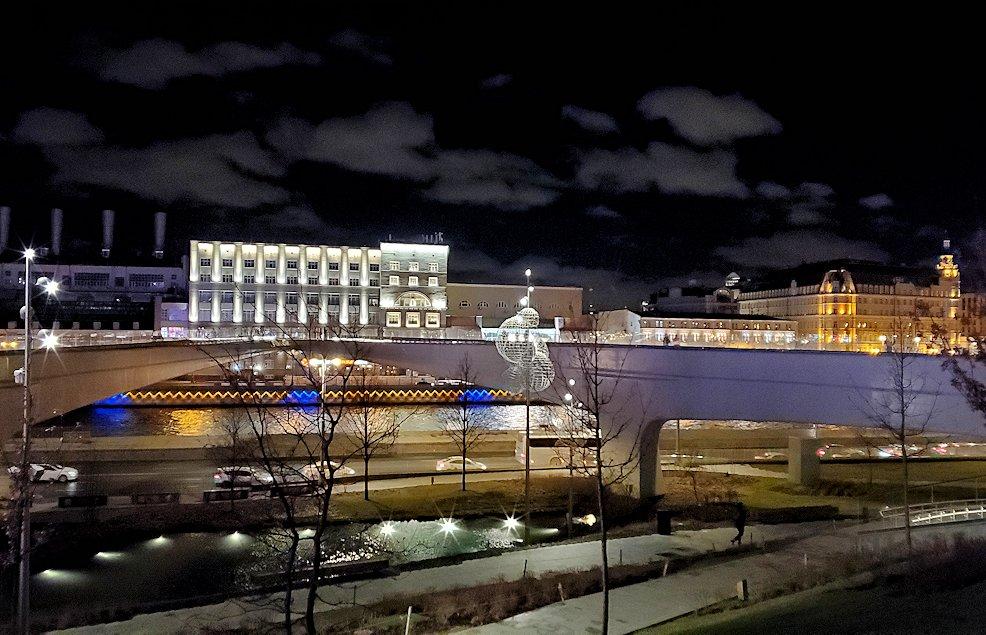 モスクワ川沿いにあるザリャジエ公園にあるパリシャー橋