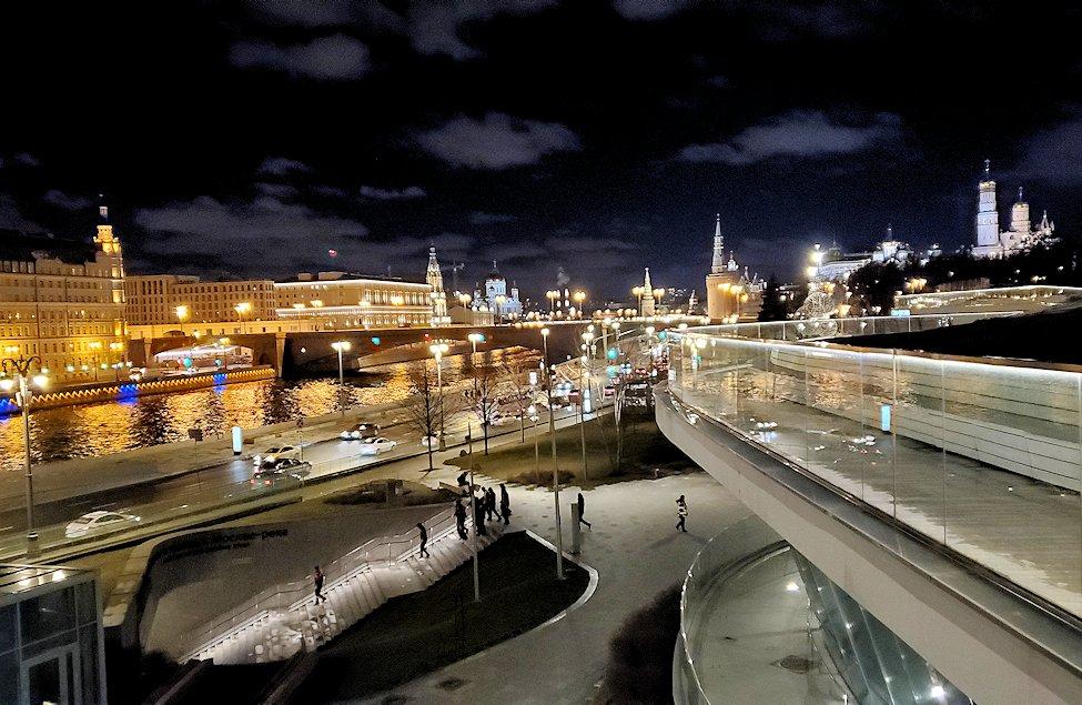 モスクワ川沿いにあるザリャジエ公園にあるパリシャー橋の景色