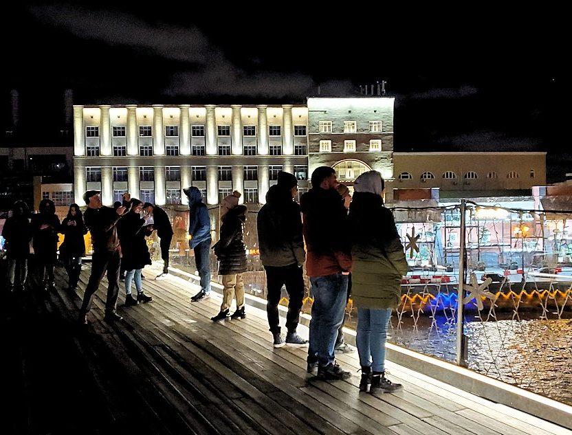 夜のモスクワ川沿いにあるパリシャー橋展望台にいた人達