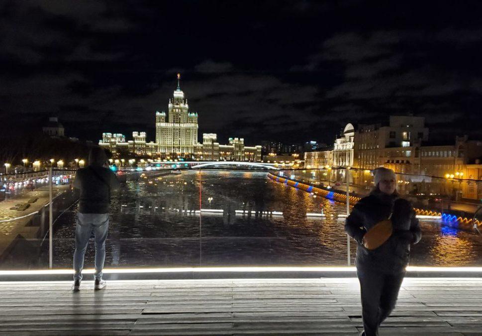 夜のモスクワ川沿いにあるパリシャー橋展望台から見える景色