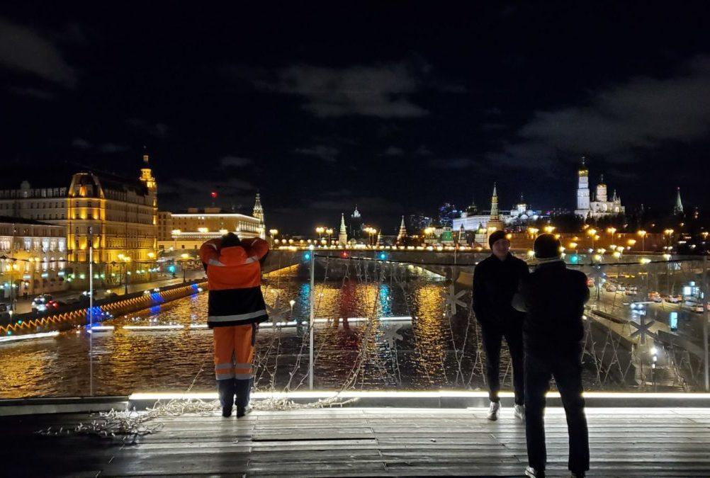 夜のパリシャー橋展望台の様子