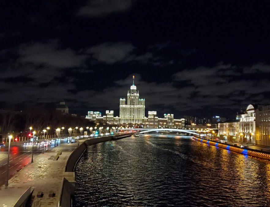 夜のモスクワ川沿いにあるパリシャー橋展望台から見える景色-2