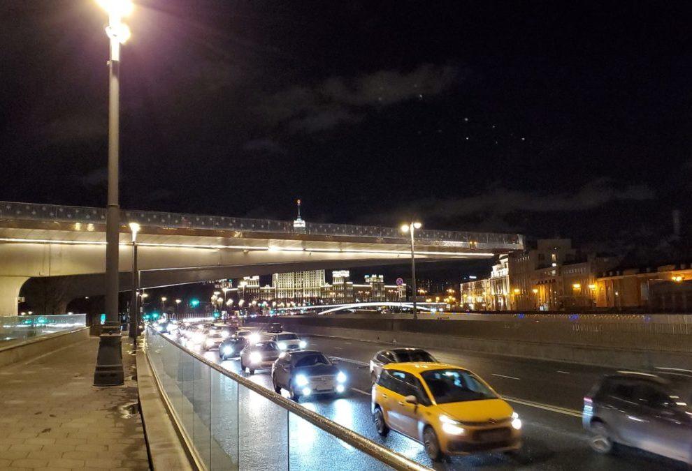 夜のモスクワ川沿いにあるパリシャー橋展望台