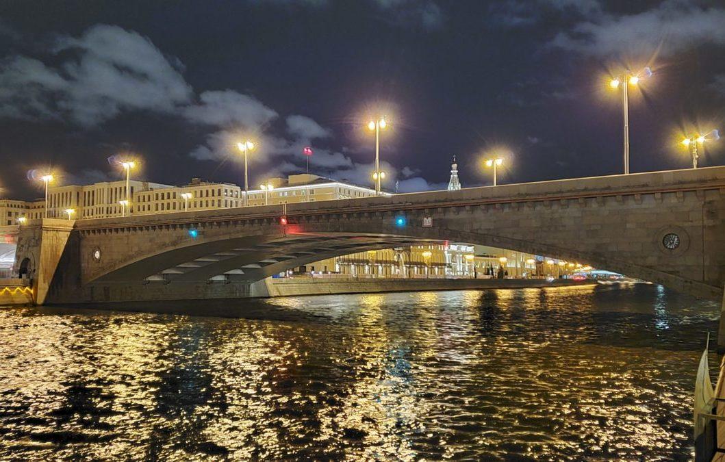 夜のモスクワ川沿いに架かるボリショイ・モスクヴォレツキー橋