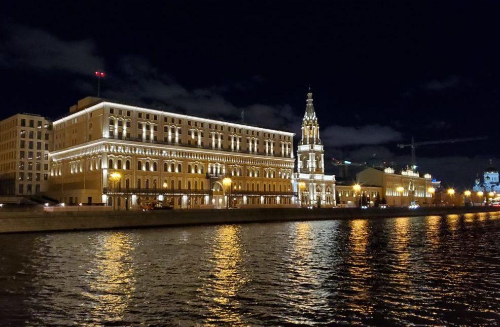夜のモスクワ川沿いの景色