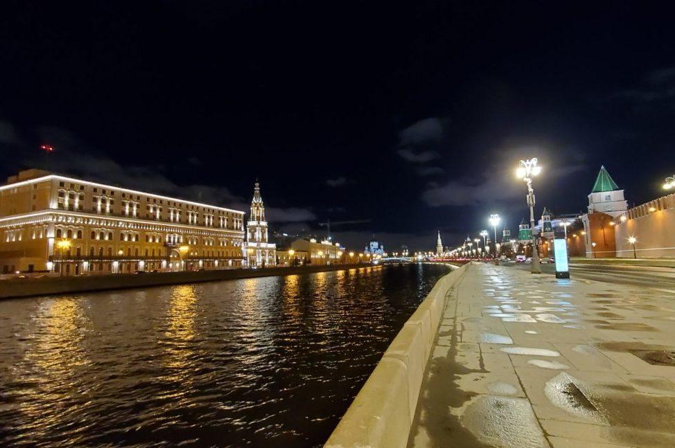 夜のモスクワ川沿いを歩く