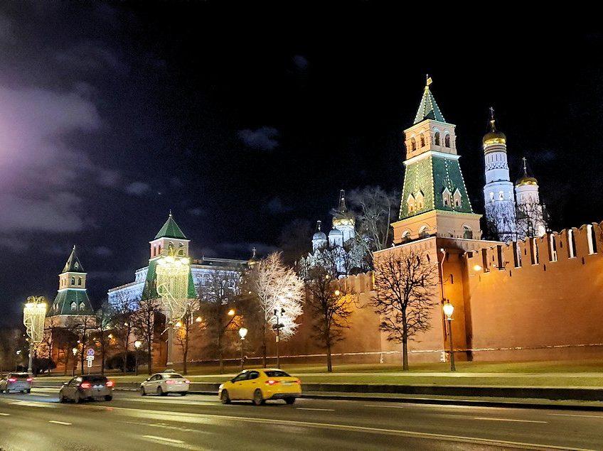夜のモスクワ川沿いを歩いて、見えたクレムリンの景色