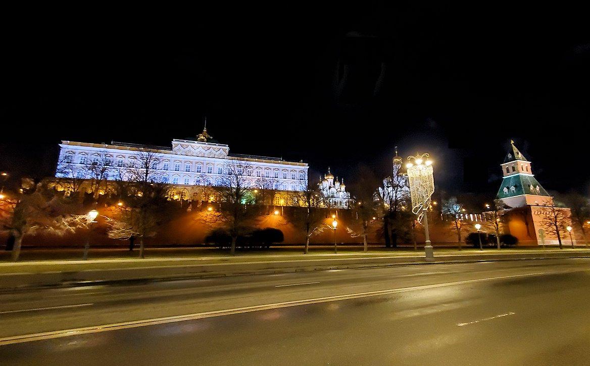 夜のモスクワ川沿いを歩いて、見えたライトアップされたクレムリンの景色