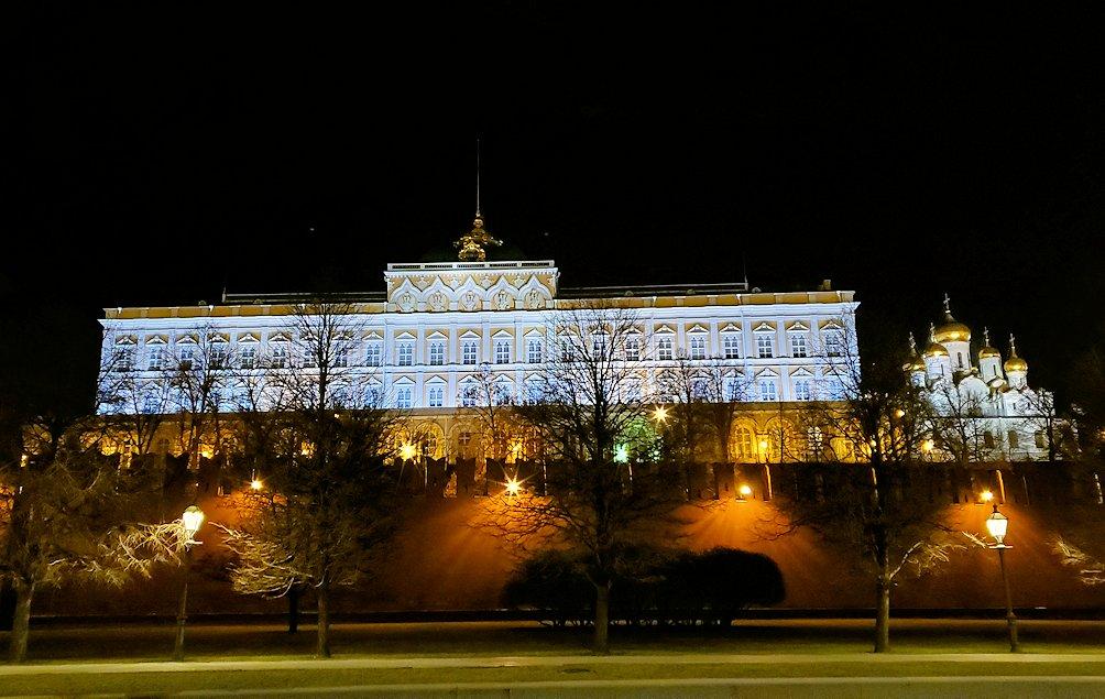 夜のモスクワ川沿いを歩いて、見えたライトアップされたクレムリンの景色-2