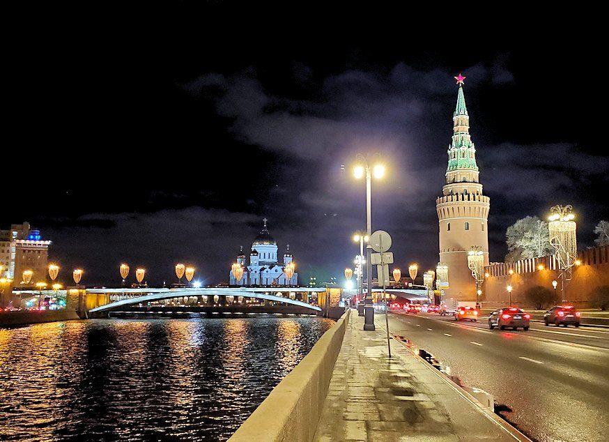 夜のモスクワ川沿いを歩いて、見えたライトアップされたクレムリン前の景色
