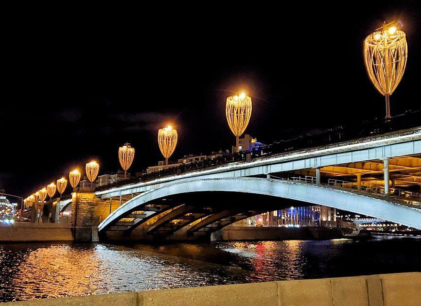 夜のモスクワ川沿いに架かるボリショイ・カメンニ橋