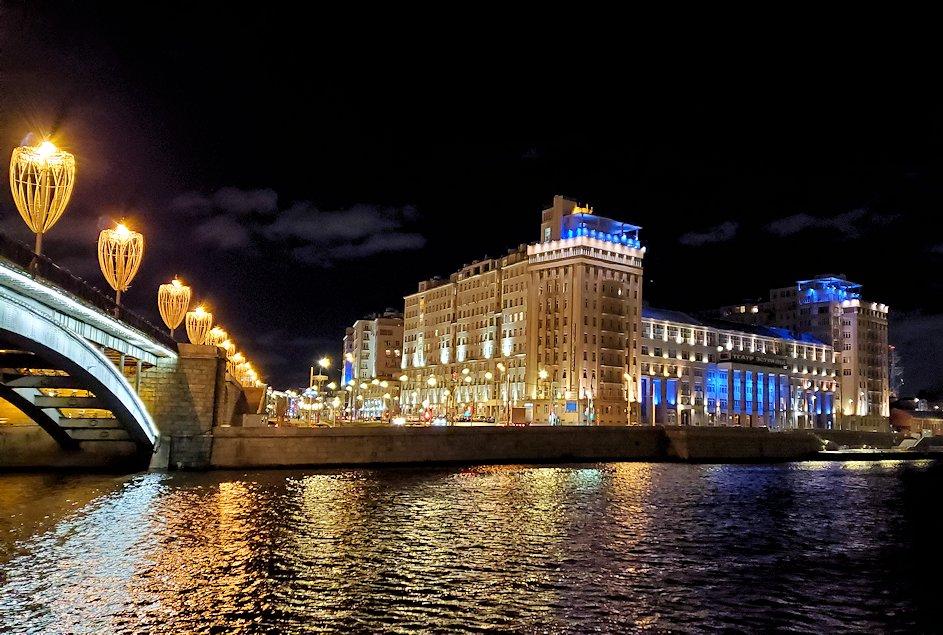 夜のモスクワ川沿いを歩きます