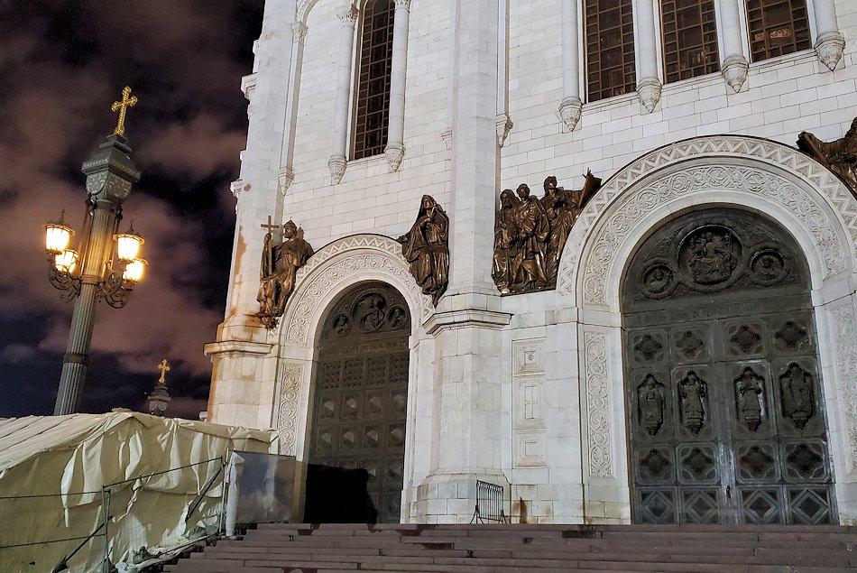 夜の「救世主キリスト大聖堂」正面