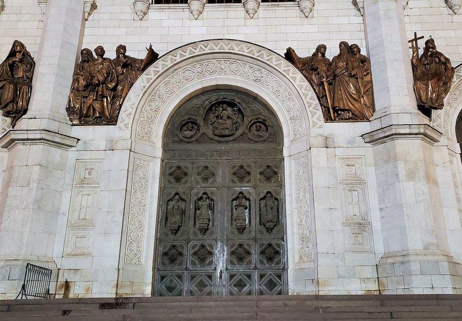 夜の「救世主キリスト大聖堂」正面扉