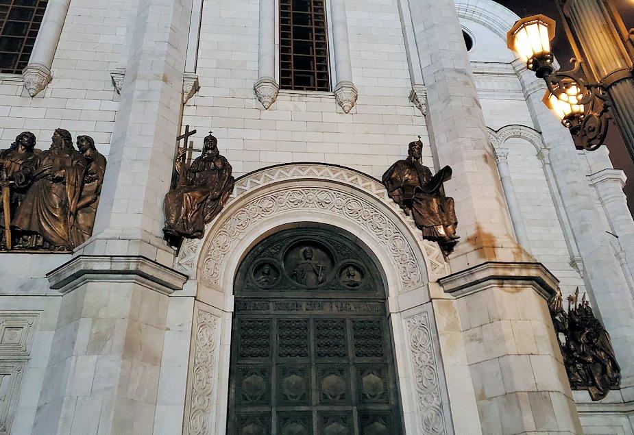 夜の「救世主キリスト大聖堂」正面扉-2