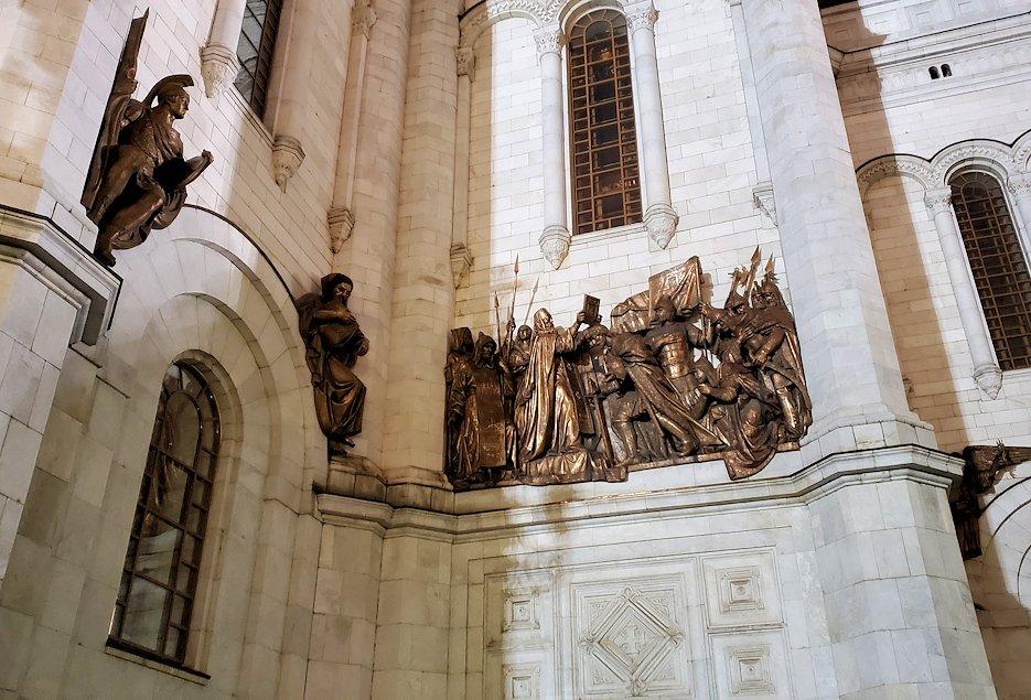夜の「救世主キリスト大聖堂」正面扉上に装飾されていた、聖人の像