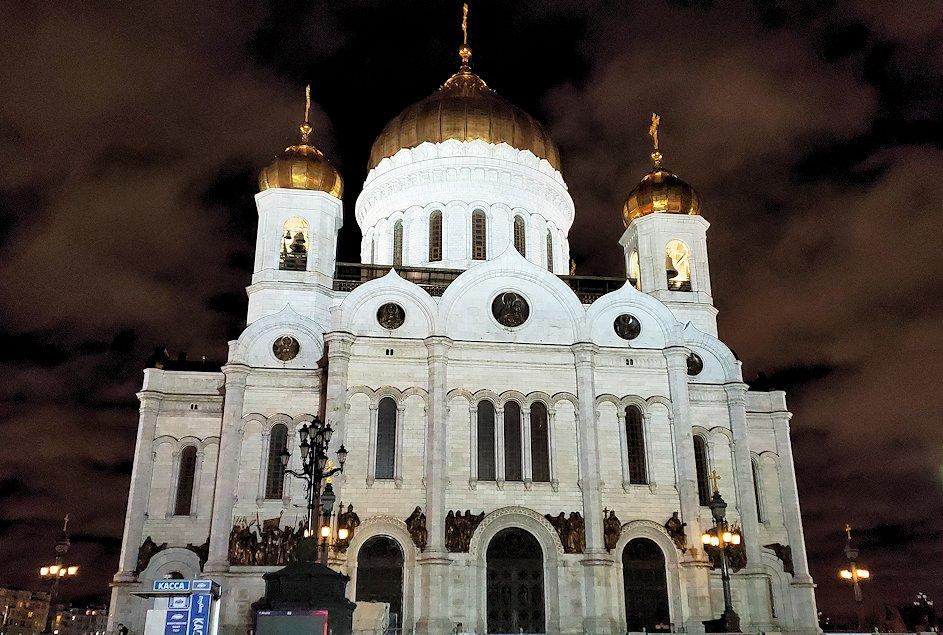 夜にライトアップされて美しい「救世主キリスト大聖堂」