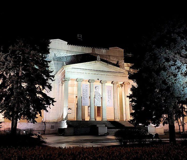 夜のモスクワ川沿いを歩いて、見えたプーシキン美術館-2