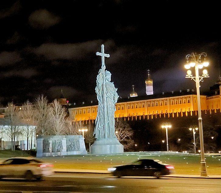ライトアップされた、夜のモスクワ市内にあるウラジーミル1世像
