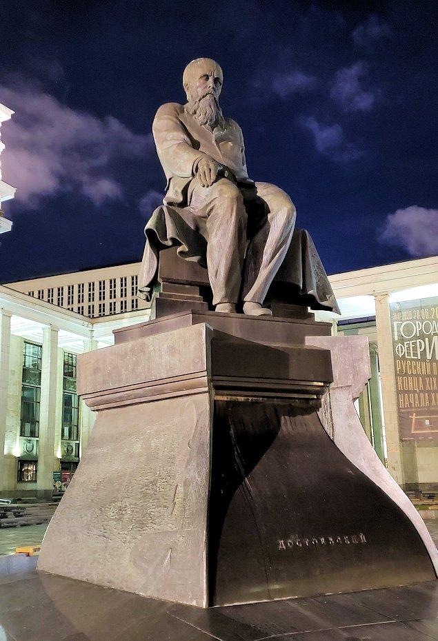 夜のモスクワで「ロシア国立図書館」前に陣取る像を眺める