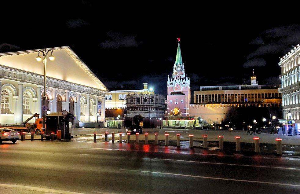 夜のモスクワ市内から見える、ライトアップされたクレムリン